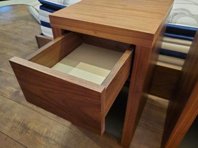 Songdream ソングドリーム サイドテーブル ナイトテーブル ブルーモーション ウォールナット材 重厚感 かっこいい インダストリアル メンズライク ゆっくり閉まる引き出し