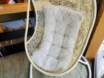モデルルーム 展示品 ハンモックチェア 一人掛け 自立式 室内 インテリア たまご型 吊り下げ ゆりかご リゾート気分 揺れる 椅子 ホワイト 白 クッション付